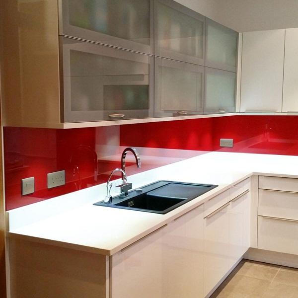 Kính ốp bếp màu đỏ đẹp