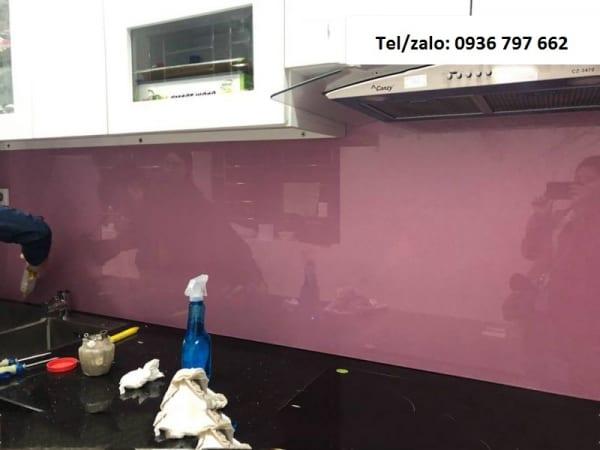 Kính bếp sơn màu hồng