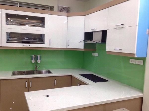 Kính màu ốp bếp xanh cốm