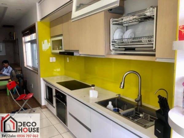 Kính dán tường bếp màu vàng chanh