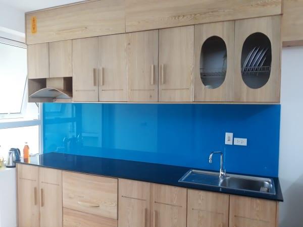 Kính màu ốp bếp xanh dương đẹp