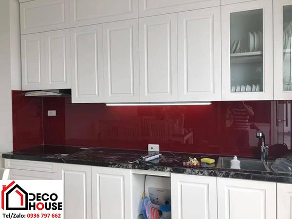 Kính ốp bếp màu đỏ Ruby đẹp
