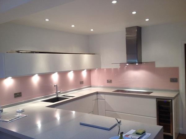 Kính ốp tường bếp màu hồng nhạt