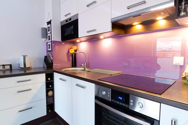 Kính ốp tường bếp màu tím nhạt
