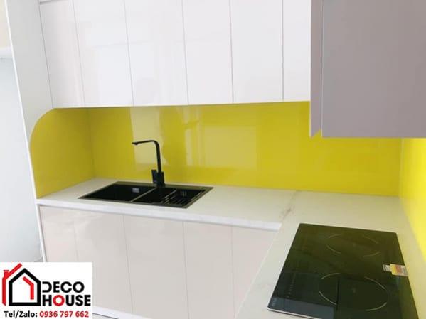 Kính ốp bếp màu vàng chanh đẹp