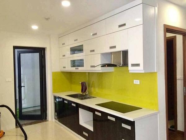 Mẫu kính ốp tường bếp màu vàng chanh