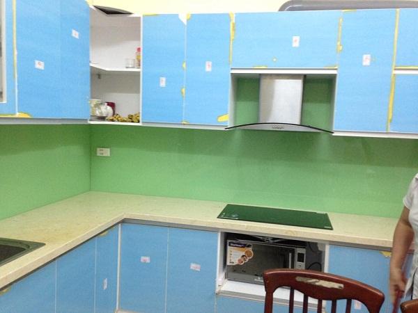 Làm đẹp căn bếp với kính màu ốp bếp xanh cốm kim sa