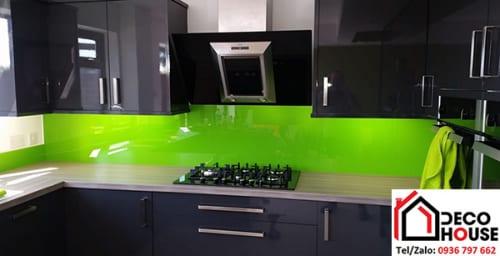 Kính ốp bếp màu xanh non tủ bếp màu đen