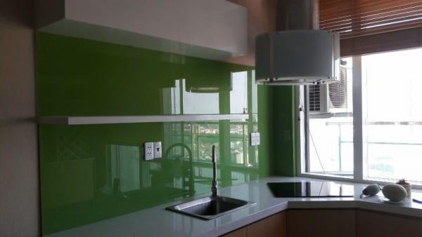 Kính ốp tường bếp sơn màu xanh lá