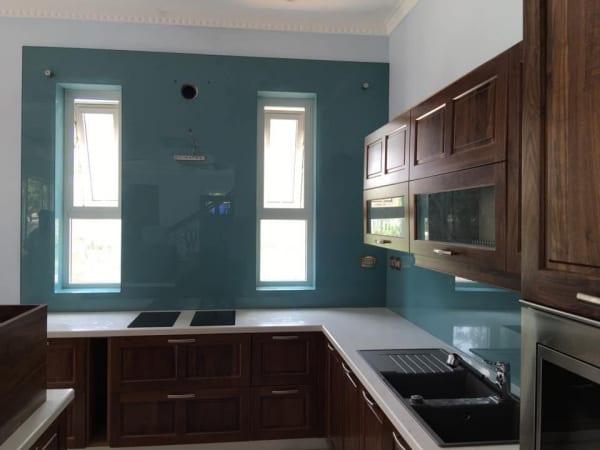 Kính ốp tường bếp xanh lơ trang trí