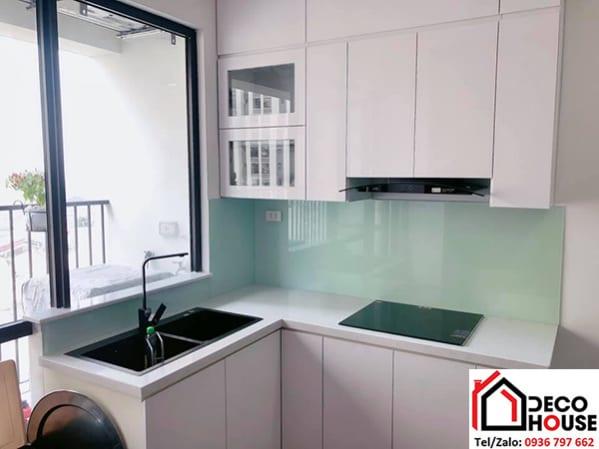 Kính ốp tường bếp màu trắng xanh
