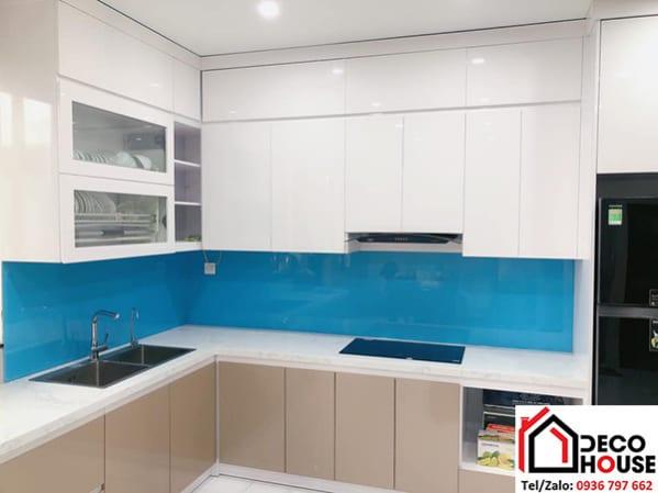 Kính ốp tường bếp màu xanh dương