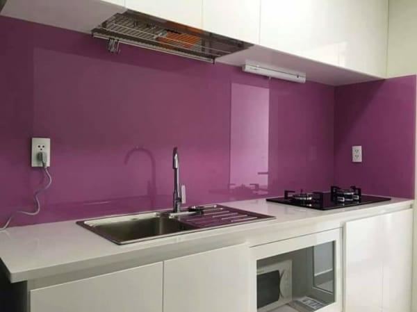 Kính màu ốp tường bếp sơn màu tím