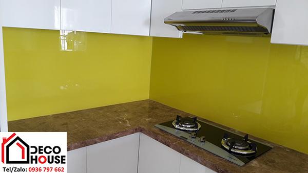Kính ốp tường bếp vàng chanh đẹp