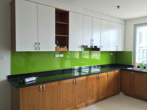 Kính sơn màu ốp bếp xanh lá non