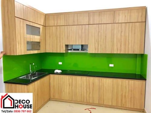 Mẫu kính bếp xanh non tủ bếp màu gỗ vàng
