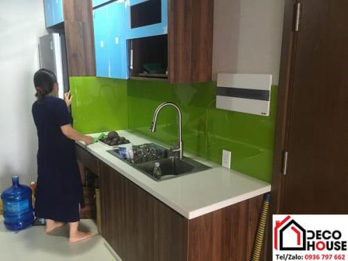 Mẫu kính màu ốp bếp xanh non