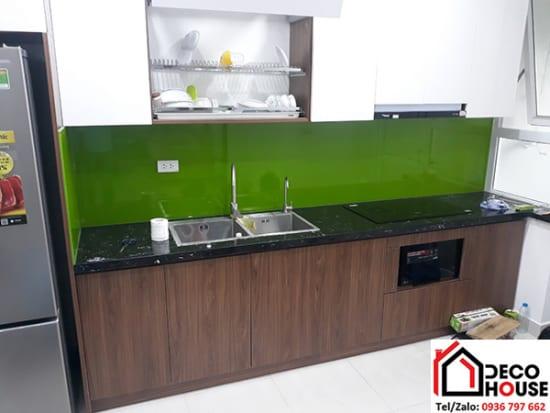 Mẫu kính ốp bếp màu xanh lá