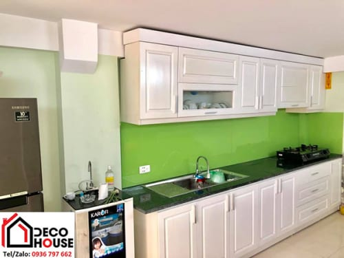 Mẫu kính ốp bếp xanh non tủ bếp màu trắng