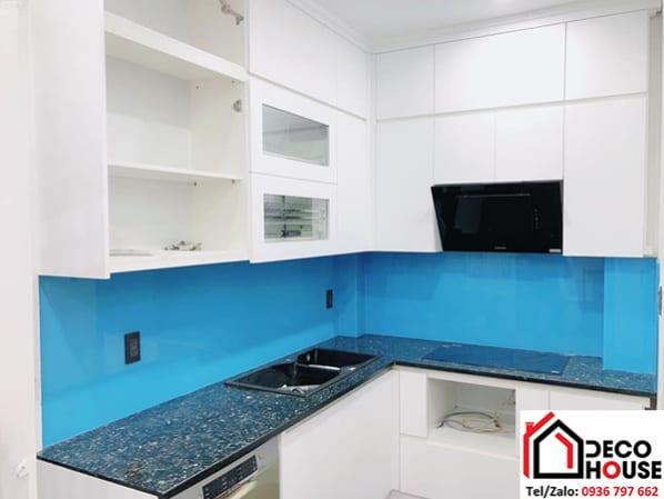 Thi công kính bếp màu xanh dương