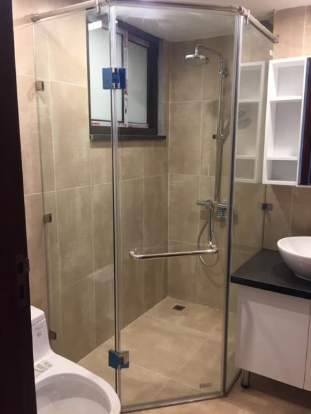 Vách kính tắm vát góc 135 độ
