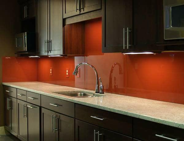 Bàn đá trắng, tủ bếp màu đen kết hợp kính bếp màu đỏ rubi