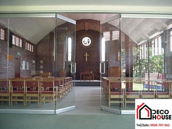 Mẫu cửa kính cường lực tại nhà nguyện nhà thờ