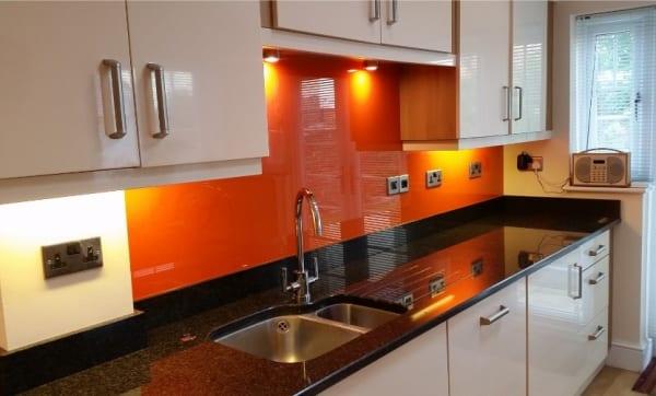 Kính cường lực ốp bếp sơn màu cam