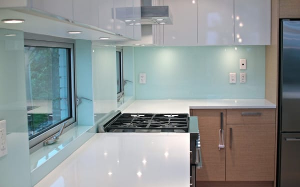 Lắp kính ốp bếp màu trắng xanh tại Hà Nội