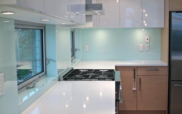Mẫu kính ốp bếp trắng xanh