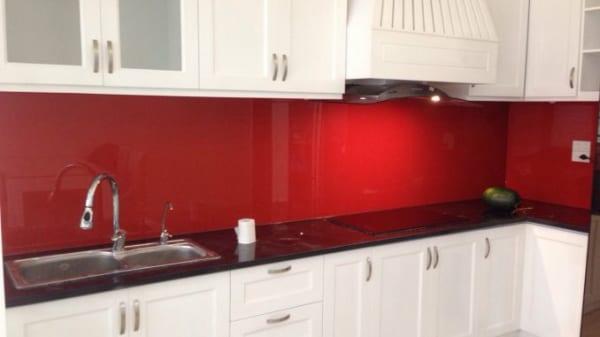 Màu kính bếp đỏ, tủ bếp trắng