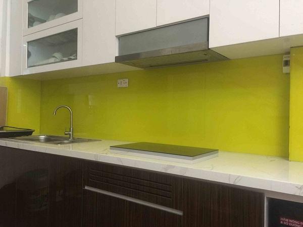 Ốp kính cường lực cho tường bếp thay gạch men