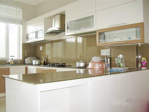 Kính bếp màu be tạo không gian bếp mới lạ