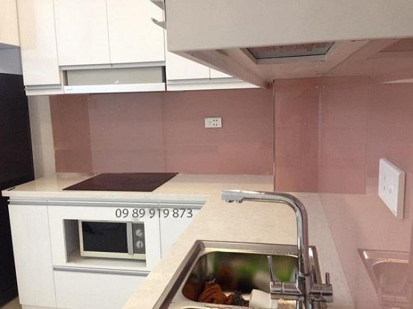 Mẫu kính ốp bếp màu hồng phấn