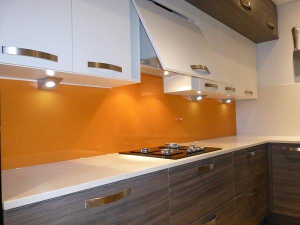 Kính bếp màu vàng nghệ kết hợp tủ bếp và bàn đá màu trắng