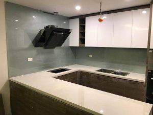 Kính ốp bếp màu ánh bạc