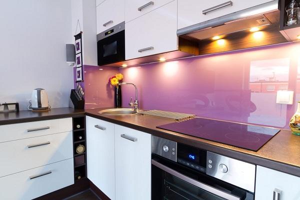 Kính cường lực ốp bếp màu tím nhạt