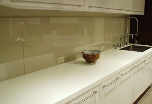Kính màu ốp bếp đơn giản, nhẹ nhàng