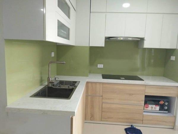 Sự kết hợp kính bếp màu xanh úa với không gian bếp màu trắng