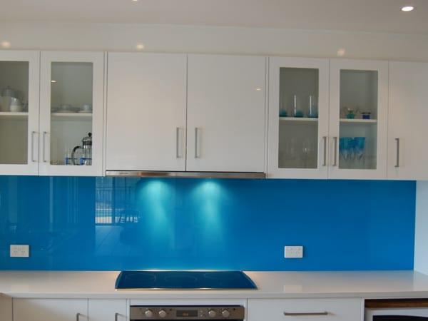 Mẫu kính ốp bếp màu xanh dương đẹp