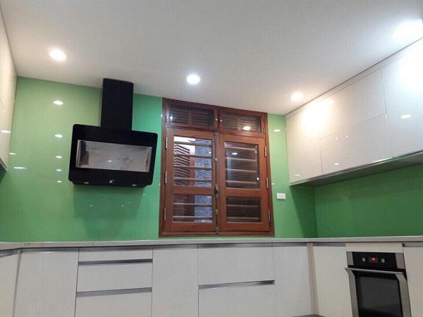Mẫu kính ốp bếp đẹp xanh cốm