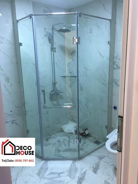 Mẫu phòng tắm kính vát góc tiết kiệm diện tích