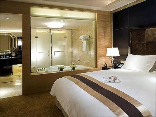 vách kính phòng tắm khách sạn
