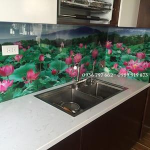 Kính bếp in tranh 3D đầm sen