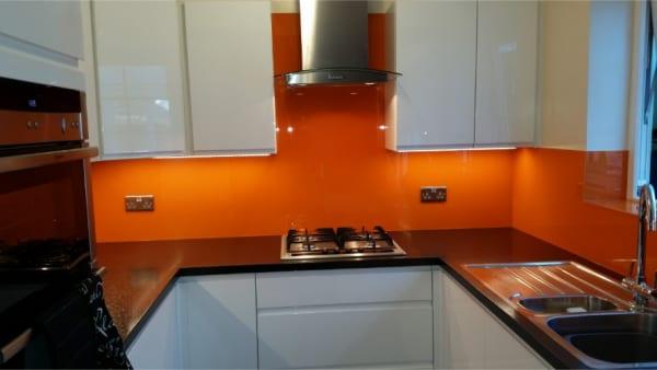 lắp kính ốp tường bếp màu cam