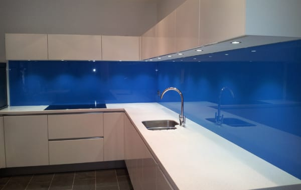 Lắp kính ốp tường bếp sơn màu xanh dương