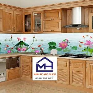 Kính ốp tường bếp 3D hồ sen