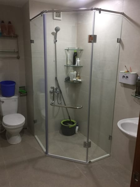 Vách tắm kính 135 độ hẹp