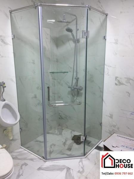 Mẫu phòng tắm kính 135 độ đẹp