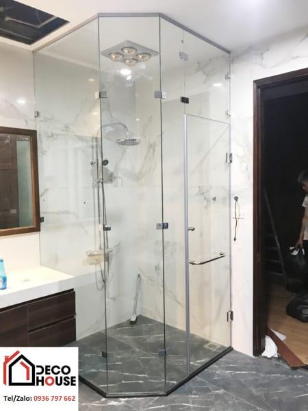 Mẫu vách kính phòng tắm sử dụng kẹp kính 90 độ và 135 độ